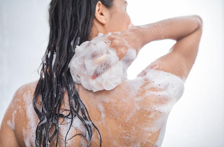 sữa tắm cho người bị viêm nang lông