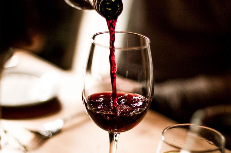 Uống rượu vang đỏ tăng cường sinh lý