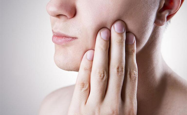 Đau răng sưng má phải làm sao