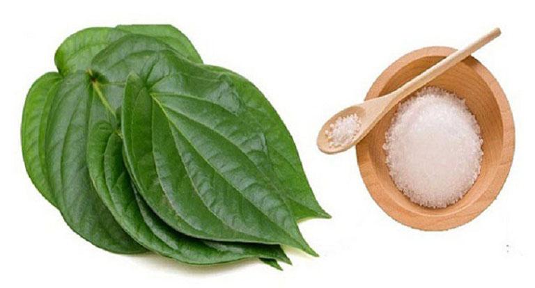 trị viêm nang lông bằng muối và lá trầu