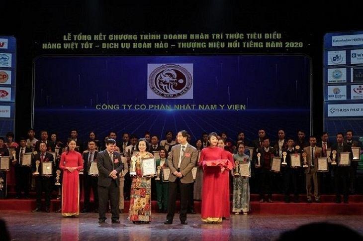 Bác sĩ Nguyễn Thị Vân Anh đại diện đơn vị nhận giải thưởng cao quý