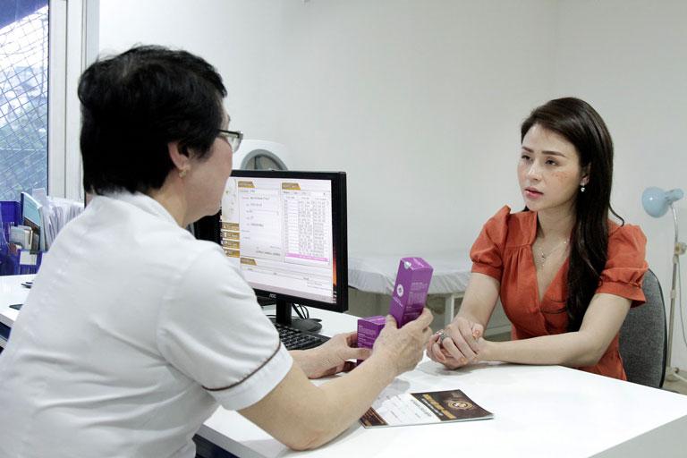Lương Thu Trang đến thăm khám tại Trung tâm Da liễu Đông y Việt Nam