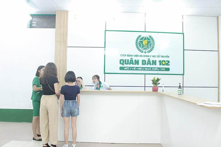 """Chị Nhung được bạn """"mách nước"""" đến Tổ hợp y tế Quân dân 102 để chữa mề đay"""